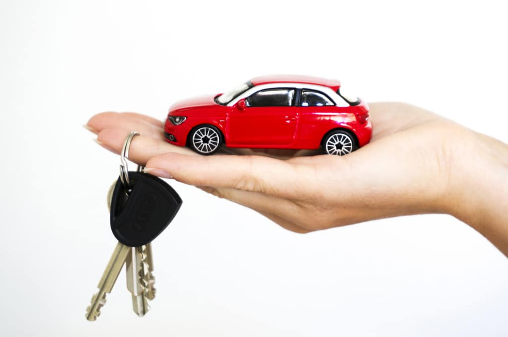 hand holding car and keys
