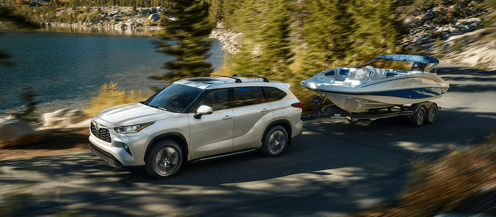2020 Toyota Highlander towing a boat on Dallas road