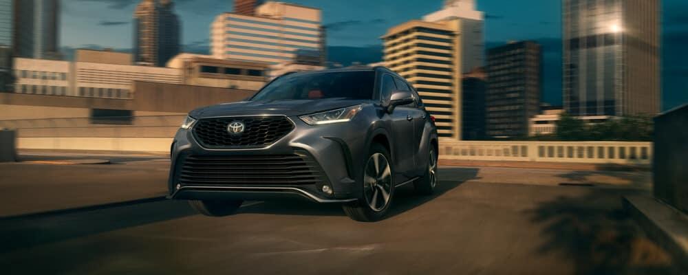 2021 Toyota Highlander going around a corner near city